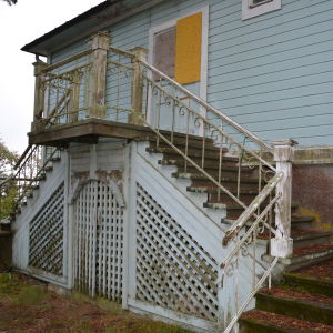 Trappan och balkongen på Villa Kolkka på Runsala är i dåligt skick.