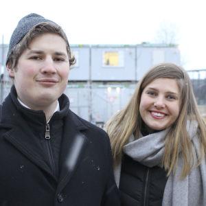 daniel tallberg och henna konsti på den tomt där nya studentbostäder byggs i rask takt