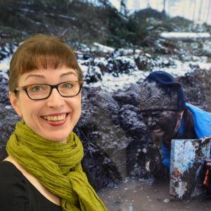 Kvinna står och ler framför ett konstverk.