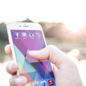 En hand håller i en smarttelefon.