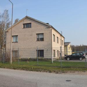 Ekenäs Energis byggnader på Pehr Sommars gata i Ekenäs, en gul byggnad.