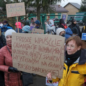 Mielenosoittajat vaativat Puolan hallitusta lakkauttamaan rajoitukset raja-alueella, jotta rajan yli yrittävät saisivat apua.