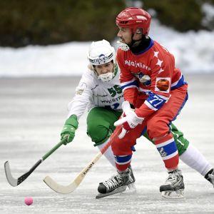 HIFK:s Tuomas Jalkanen i en duell med Veiteräs Ville Hatara.