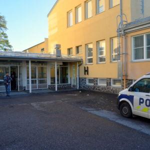 Polisbil utanför Vamia i Vasa.