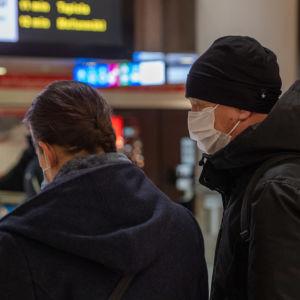 Metron matkustajat Helsingissä.