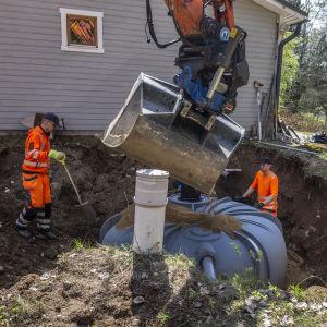 yrittäjä Heikki Pietilä tekee jätevesiremonttia kesämökillä