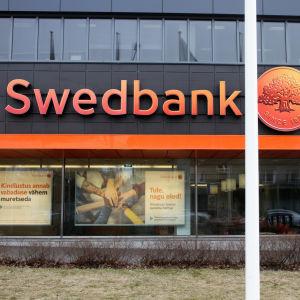 En man går förbi Swedbanks huvudkontor i Tallinn.