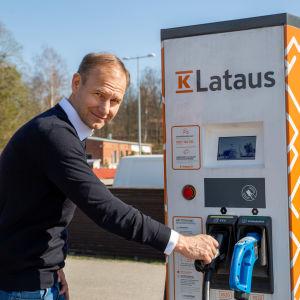 K-latauksesta vastaava johtaja Tom von Bonsdorff latauspisteellä