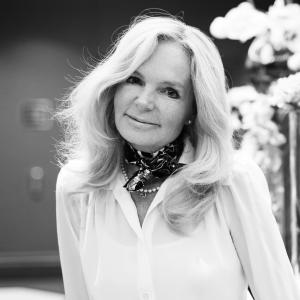 Författaren Lucinda Riley, svartvitt foto.