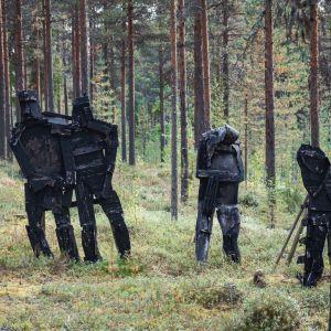Mustia hahmoja metsässä, taideteoksia