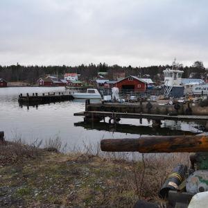 Byviken i Rosala med båthus, bryggor och båtar.