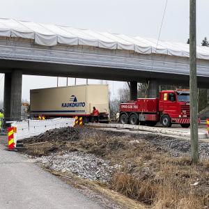 Rekka ajautui betoniesteisiin Turun kehätiellä 14.4.2021