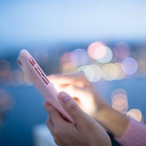 Händer håller i en mobiltelefon