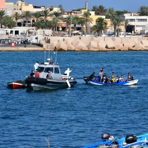 En migrantbåt som anländer till hamnen i Lampedusa.