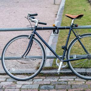 En cykel fastlåst i ett räcke.