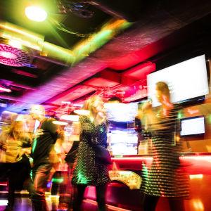 Människor umgås ute på en nattklubb.
