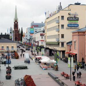 Mikkelin kävelykatu lokakuussa 2019, tumiokirkko taustalla.