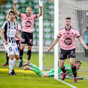Daniel O'Shaugnessy jublar efter sitt mål i cupmatchen mot TPS.