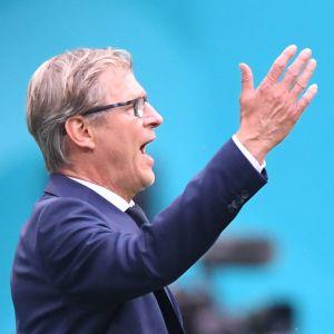 Markku Kanerva reagerar på något under med Finlands match mot Ryssland.