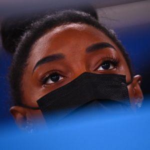 Simone Biles vetäytyy myös olympialaisten hypystä ja eritasonojapuista.