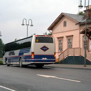 En buss utanför Ekenäs resecenter.