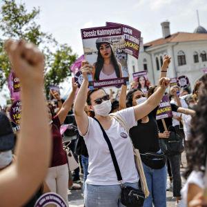 Heinäkuun loppupuolella Turkissa on järjestetty mielenosoituksia naisia kohtaan esiintyvää väkivaltaa vastaan.