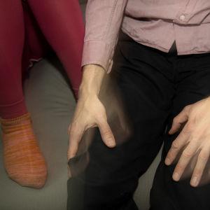 Mies ja tyttö istuvat sohvalla.