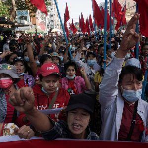 I Myanmars största stad Rangoon deltar allt fler offentligt anställda i protesterna. Studenterna har varit speciellt aktiva hittills.