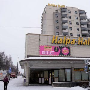 Halpa-Halli i hörnet av Vasaesplanaden och Stationsgatan i Vasa.