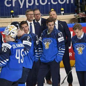 Besvikna finländska hockeyspelare efter förlusten i VM-finalen 2021.