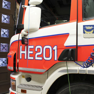 brandbil med helsingfors stads vapen på sidan