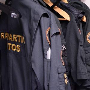 Klädskåp med gränsbevakares uniformer och tjänstekläder.