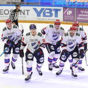 En HIFK-femma skrinnar i grupp.