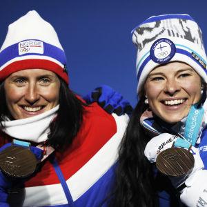 Marit Björgen och Krista Pärmäkoski på pallen.