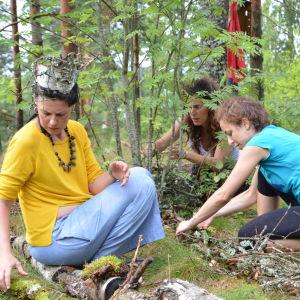 Tre spanska konstnärer bygger upp en jungfrudans  Lappträsk