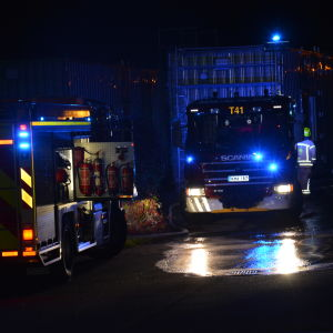 nattbild med brandbilar