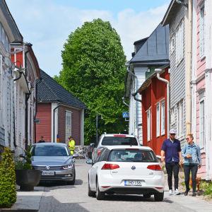 Kullerstensgata i Borgå med livlig trafik.