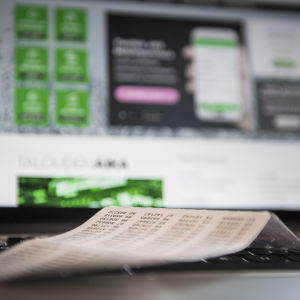 Nätbanks användaridentifikation på en laptops tangentbord.