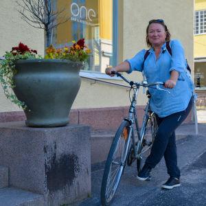 Marja Hellman skall just stiga på cykeln