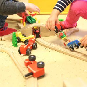 Barn leker med tågbana