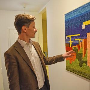 Dan Mollgren, Borgå stadsplaneringschef, visar rya som han har planerat. Ryan är vävd av Reetta Tourunen