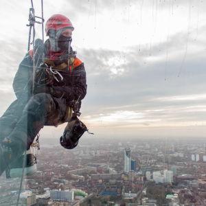 En fönstertvättare blickar ut över London.