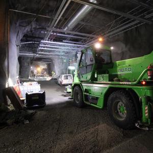 Työkoneita rakenteilla olevan Mikkelin Metsä-Sairilan jätevedenpuhdistamon luolastossa.