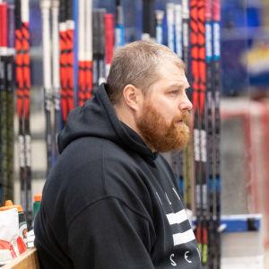 Efter spelarkarriären tog Aki Berg över ansvaret för utrustningen i TPS.