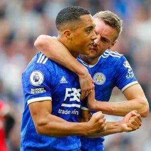 Youri Tielamans ja Jamie Vardy juhlivat, kun Leicester päihitti Manchester Unitedin.
