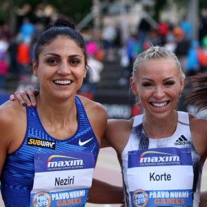 Nooralotta Neziri, Annimari Korte och Reetta Hurske smilar upp sig.