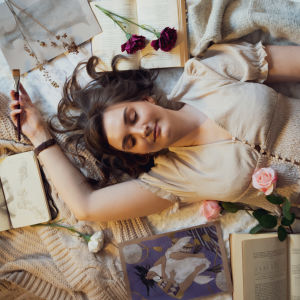 Kajsa Roslund makoilee sängyllä ja unelmoi.