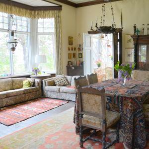 Ett rum med två soffor och ett bord. Många färger och mönster.