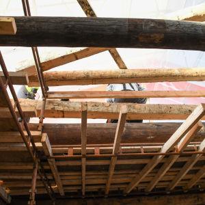 byggarbetare står uppe i takstolarna