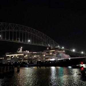 Risteilyalus Zaandam kuvattiin Panaman kanavassa yöllä.